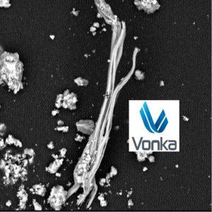 Yıkımdan haftalar sonra ve halen yol kenarlarında duran enkaz kalıntılarından alınan numunedeki Kritozil Asbest Lifinin SEM mikroskopundaki örnek görüntüsü